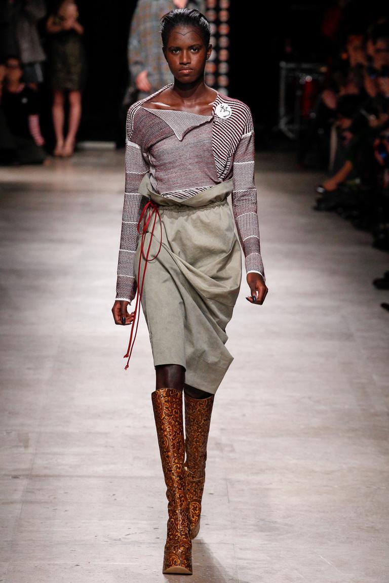 На фото: серо-коричневый цвет одежды сезона осень-зима 2016-2017 из коллекции Vivienne-Westwood.