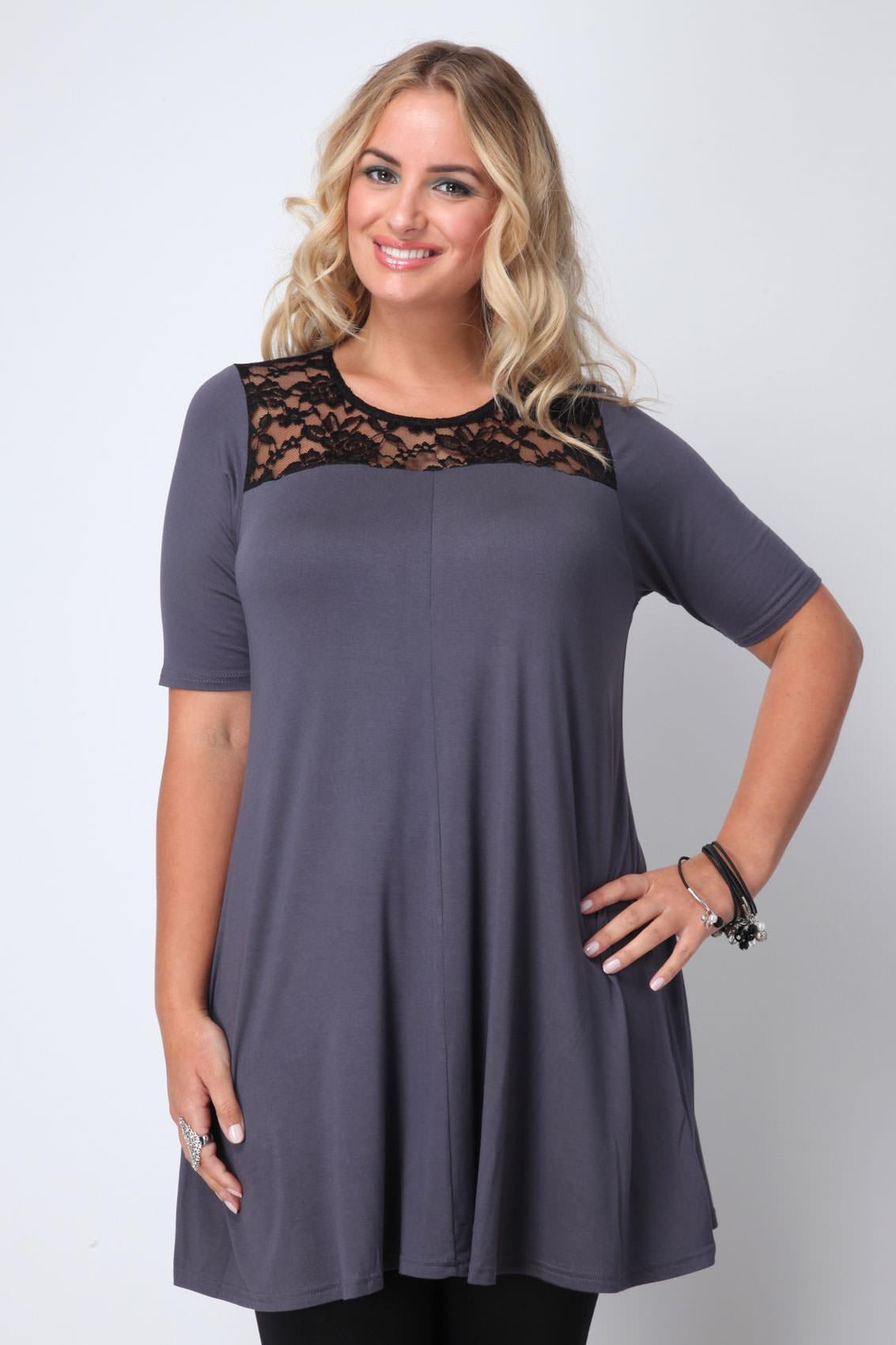 На фото: свободный покрой модели платья визуально стройнит.