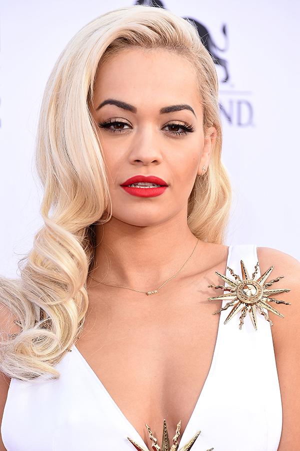 На фото: блонд цвета платина – самый модный цвет волос в этом сезоне.
