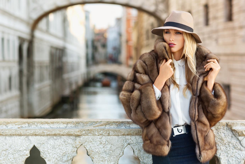 На фото: шуба - маст-хэв российской модницы Суханкиной.