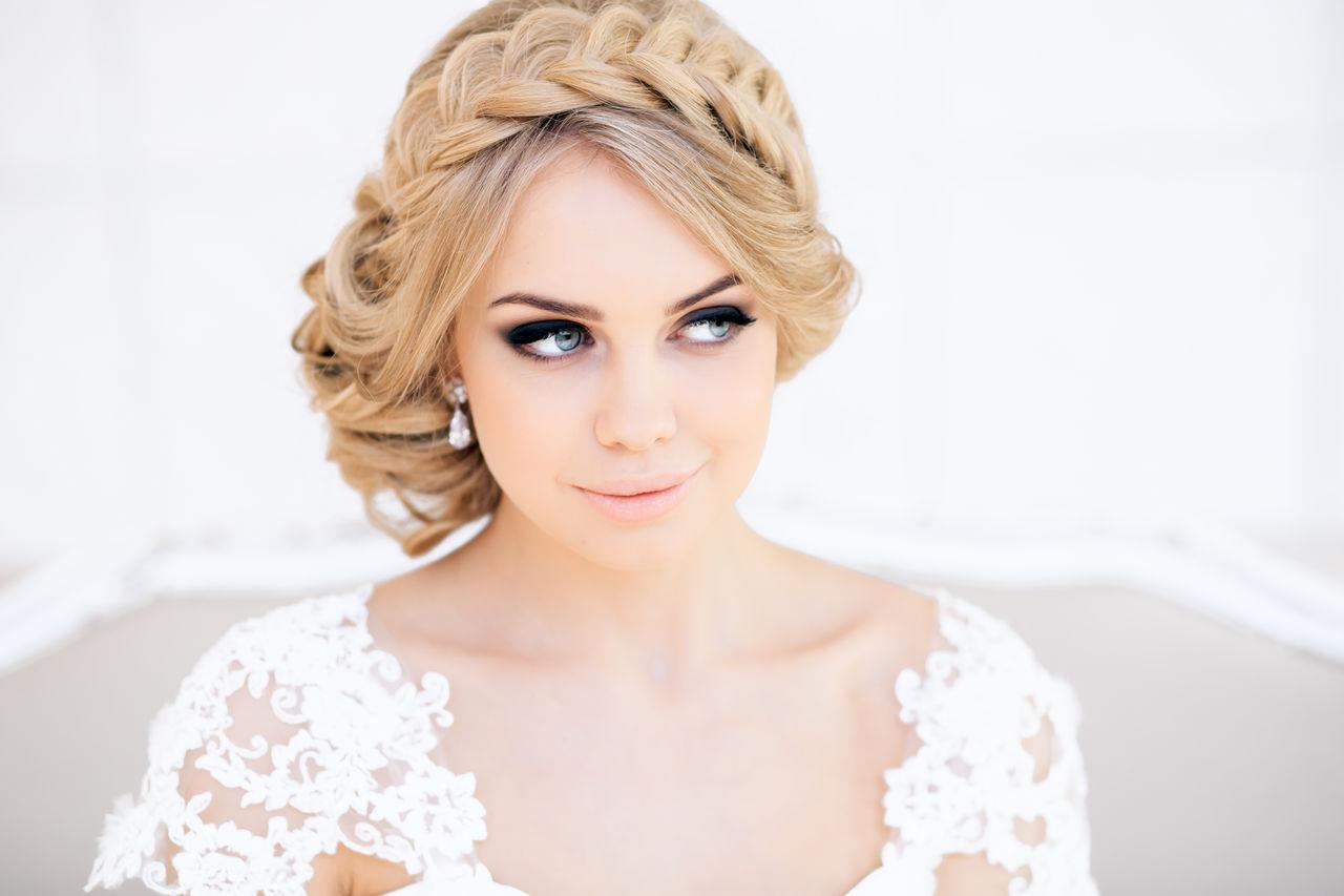 На фото: оригинальная свадебные прически с волосами средней длины.