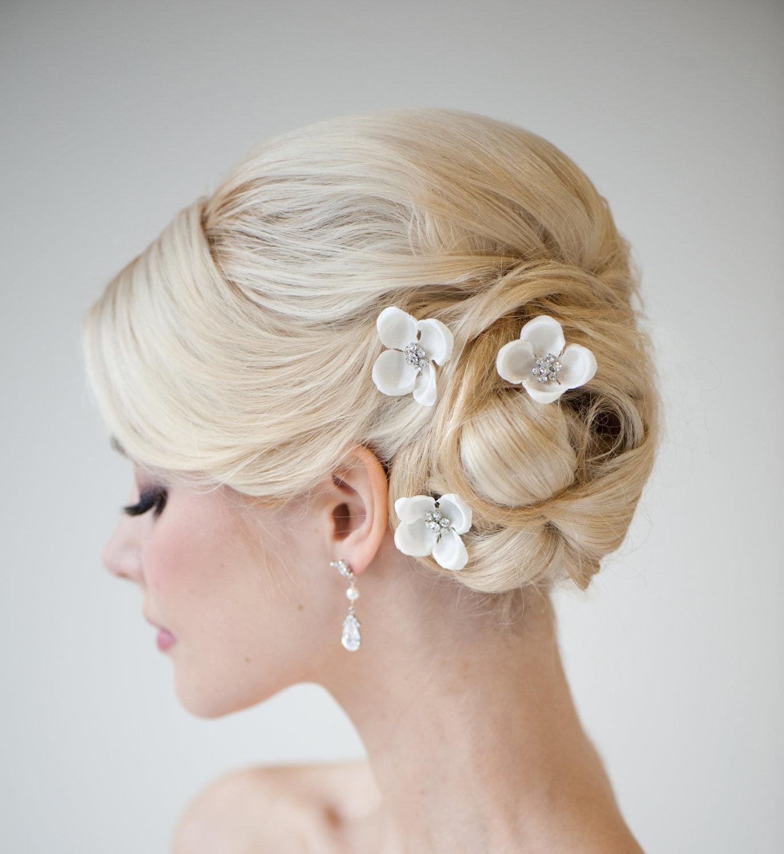 На фото: оригинальные свадебные прически с волосами средней длины.