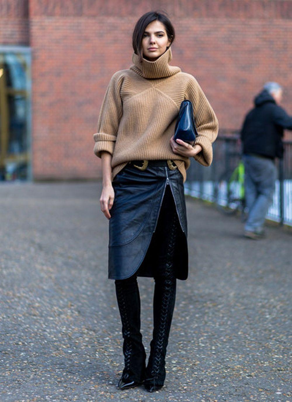 На фото: высокие ботфорты с юбкой уличной моды осень-зима 2016-2017.