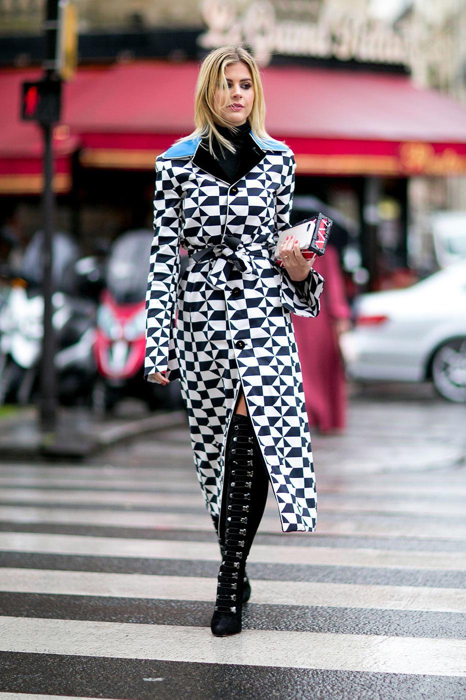 На фото: высокие ботфорты и удлиненное пальто уличной моды осень-зима 2016-2017.