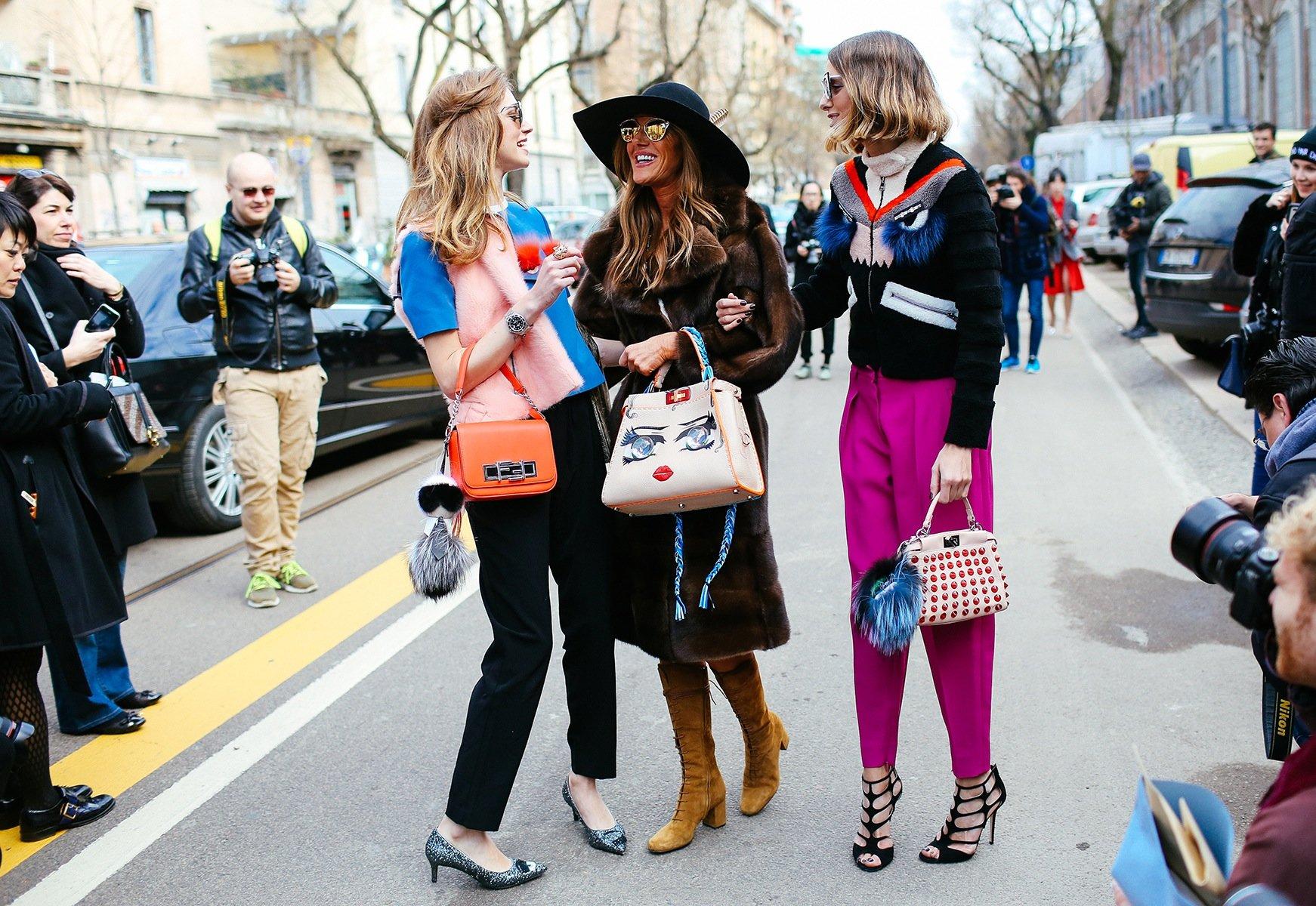 На фото: отделка из бахромы на сумке – тренд уличной моды осень-зима 2016-2017