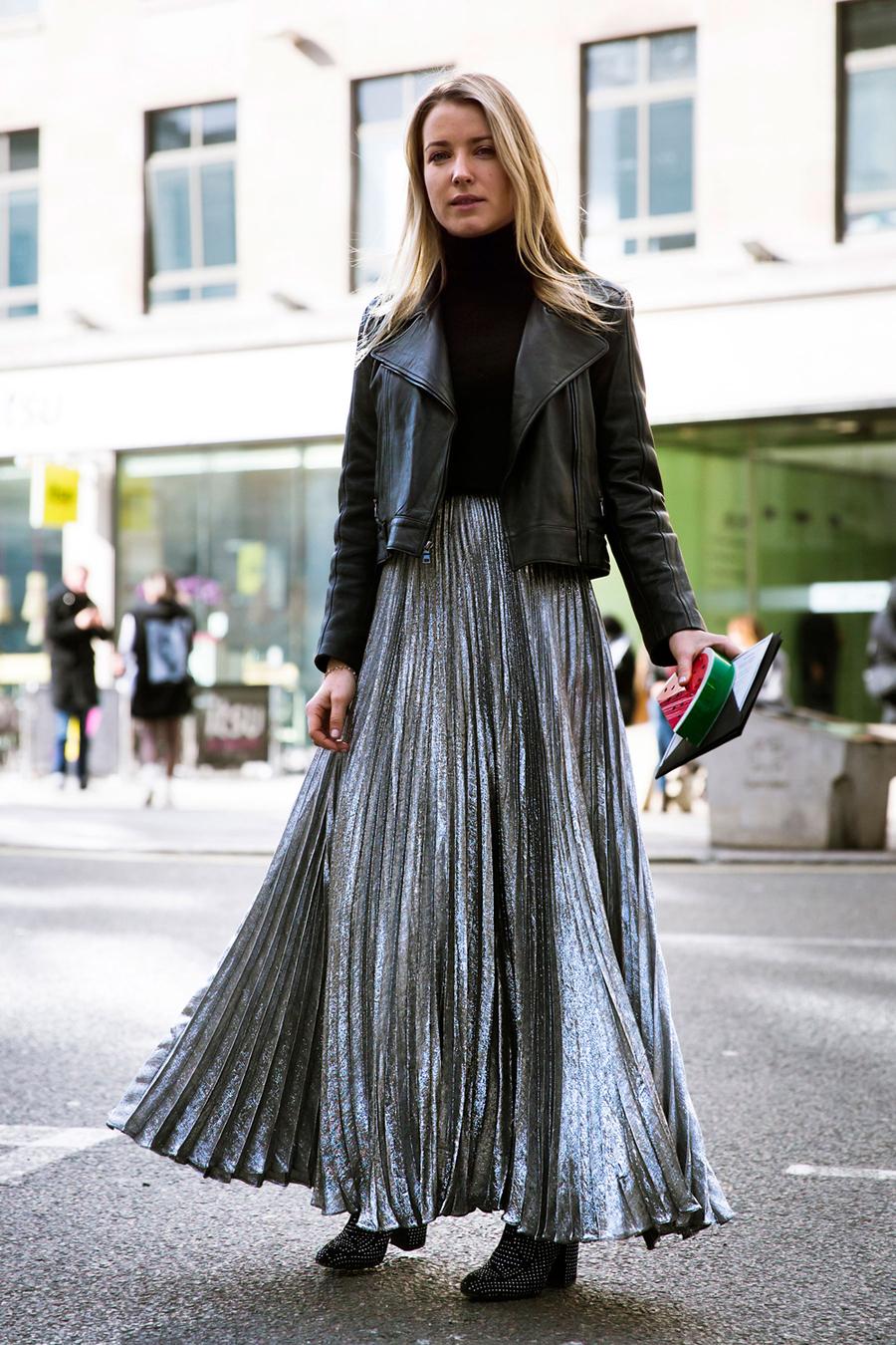 На фото: плиссированная юбка уличной моды осень-зима 2016-2017.