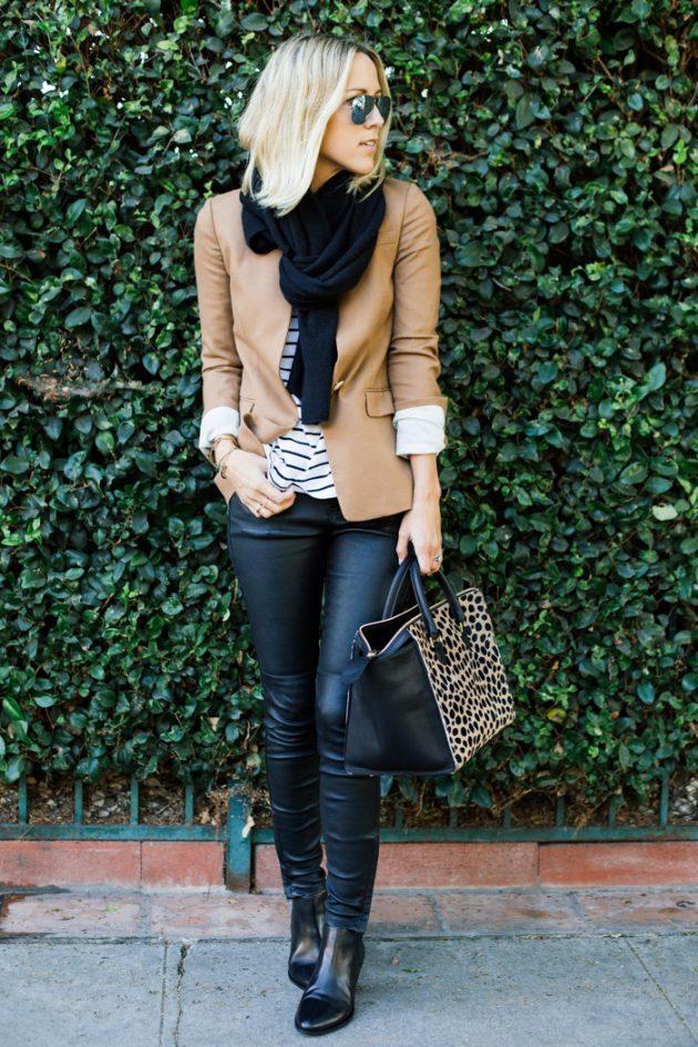 На фото: новыйобразыс модной осенней обувью – черные ботильоны с джинсами и пиджаком.