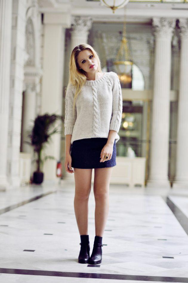 На фото: новыйобразыс модной осенней обувью – черные ботильоны с короткой юбкой и светлой кофтой.