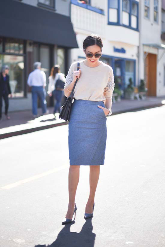 На фото: синего цвета юбка «карандаш» – новинка этого сезона.