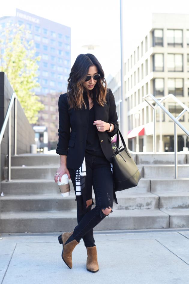 На фото: замшевые сапоги средней длины с джинсами.