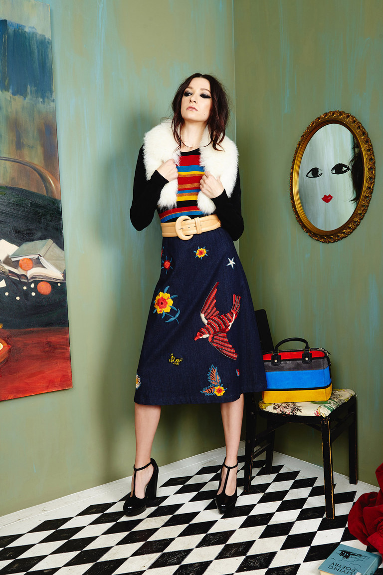 На фото: модная юбка 2017, украшенная аппликациями из коллекции AliceOlivia.
