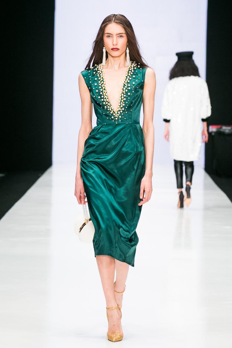 На фото: яркие новинки сезона - платье с кружевным воротником из коллекции Bella-Potemkina.