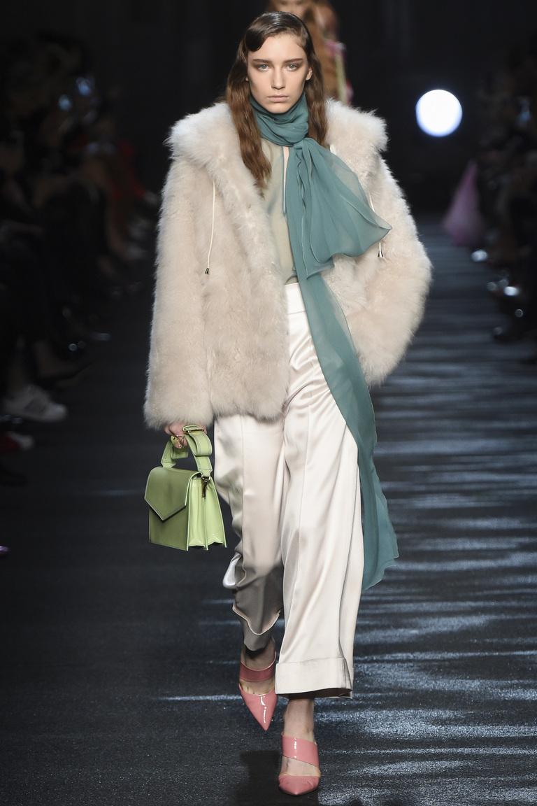 Широкая модель модных женских брюк 2017 с шубкой из искусственного меха - новая коллекцияBlumarine