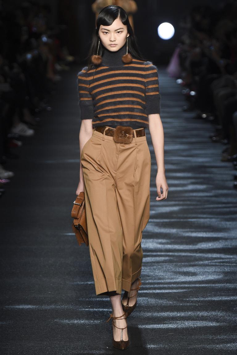Модные бежевые брюки 2017 с меховым ремнем и кофтой в полоску  из коллекцииBlumarine