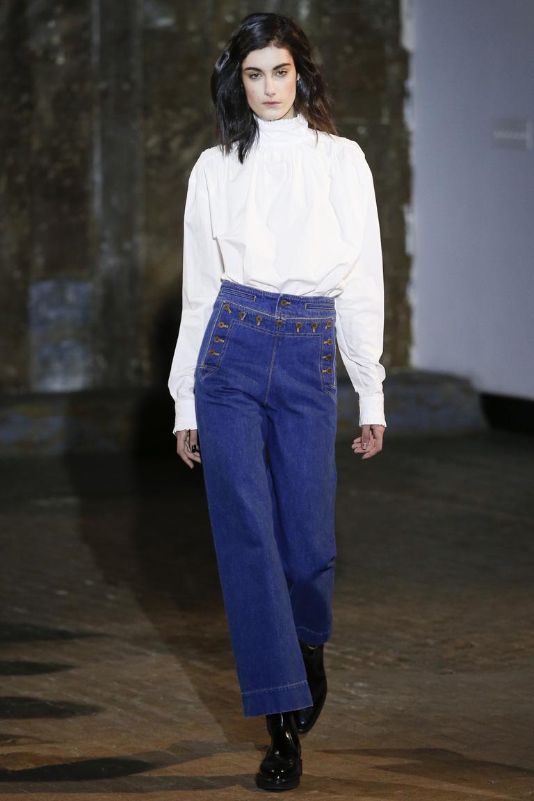 Расклешенные джинсы 2017 с высокой талией и укороченной длиной в сочетании с белой блузкой - фото новинки из коллекции Creatures of Comfort