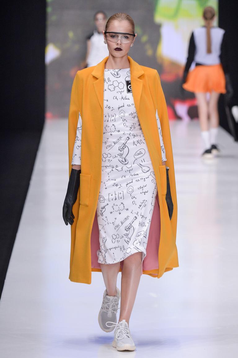 На фото: пальто без рукавов из коллекции Dasha-Gauser.