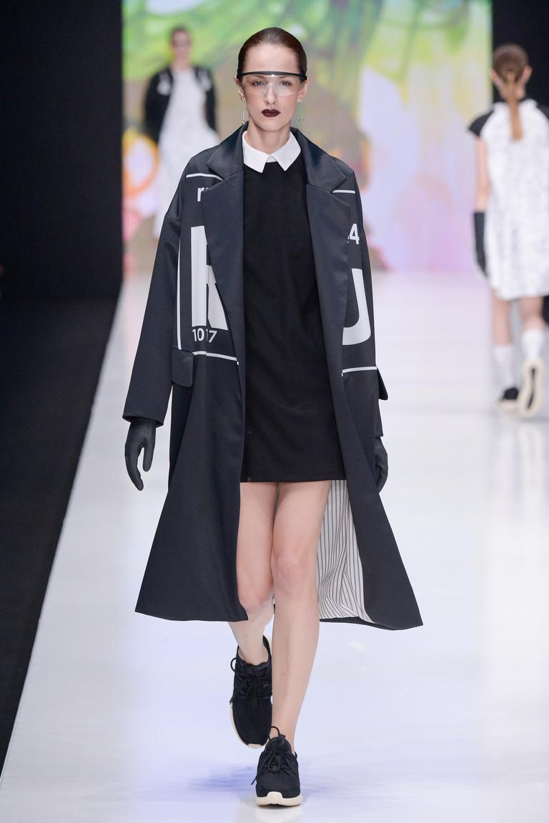 На фото: пальто с принтом из коллекции Dasha-Gauser.