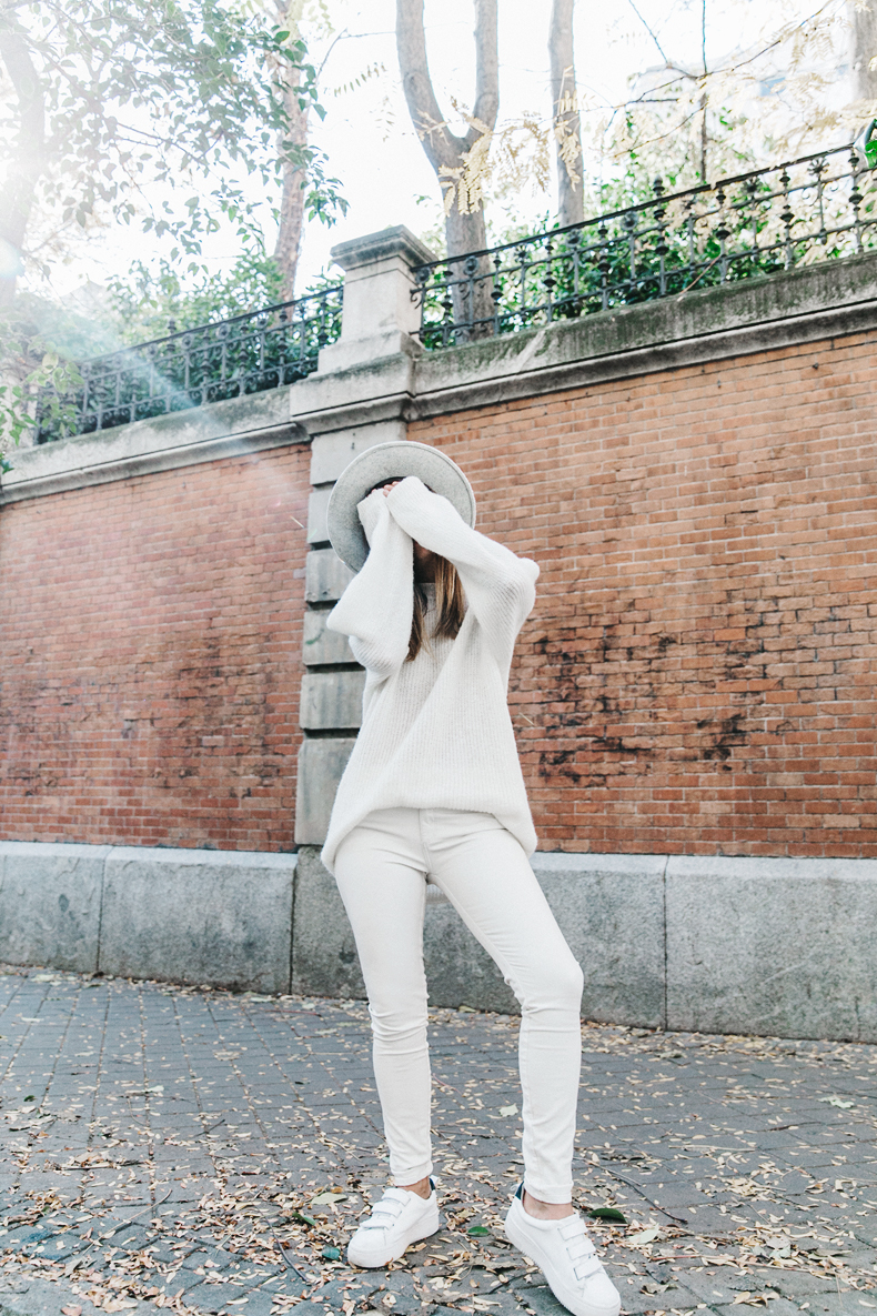На фото: белые кеды под  белые джинсы.
