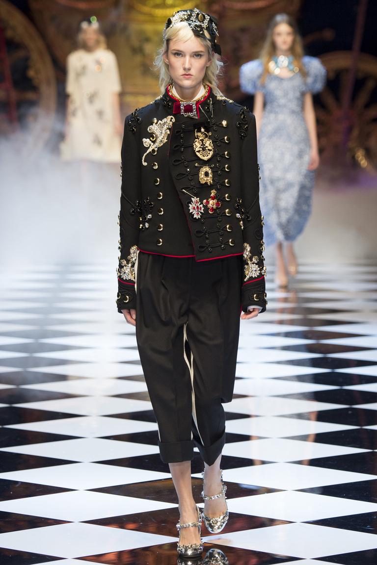 Модные пиджаки, украшенные декоративными деталямизима осень 2016 и зима 2017 фотообзор коллекции Dolce-Gabbana.