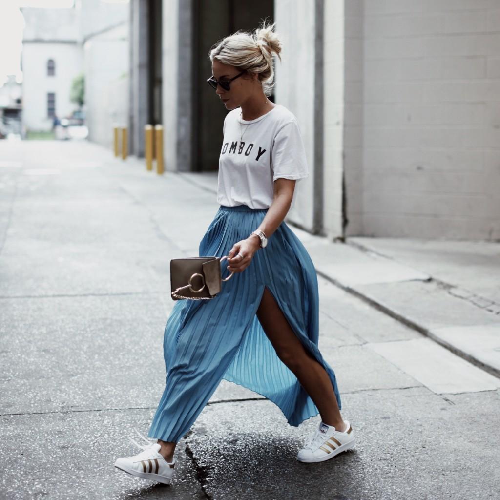 На фото: белые кроссовки с юбкой.