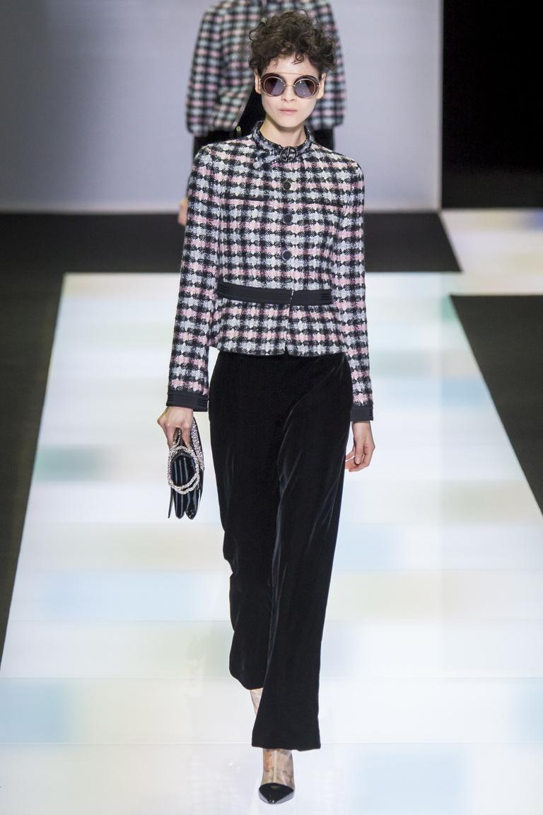 Короткие бархатные брюки 2017 из коллекции Giorgio Armani  с укороченным пиджаком с модным геометрическим узором