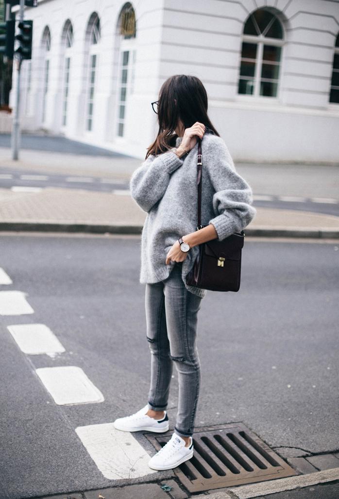 На фото: белые кеды под джинсы.