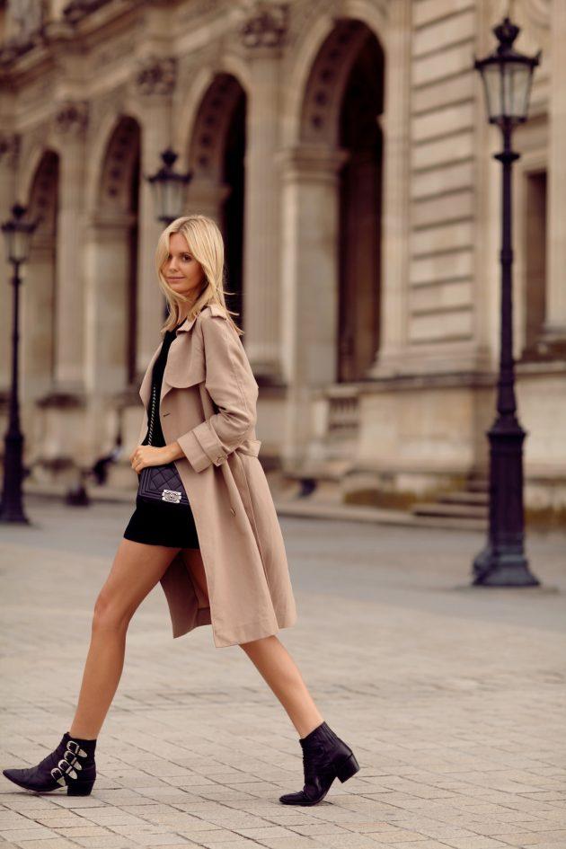 На фото: новыйобразыс модной осенней обувью – черные ботильоны с короткой юбкой и плащем.