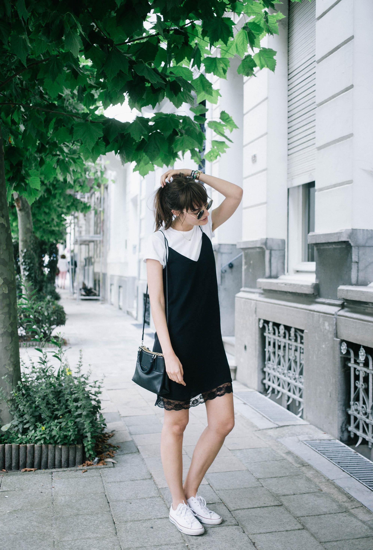 На фото: белые кроссовки с черным сарафаном.
