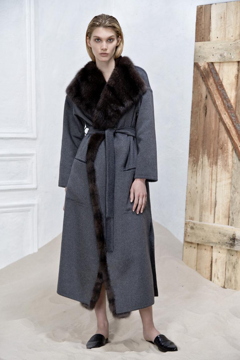 На фото: пальто из коллекции  Izeta.