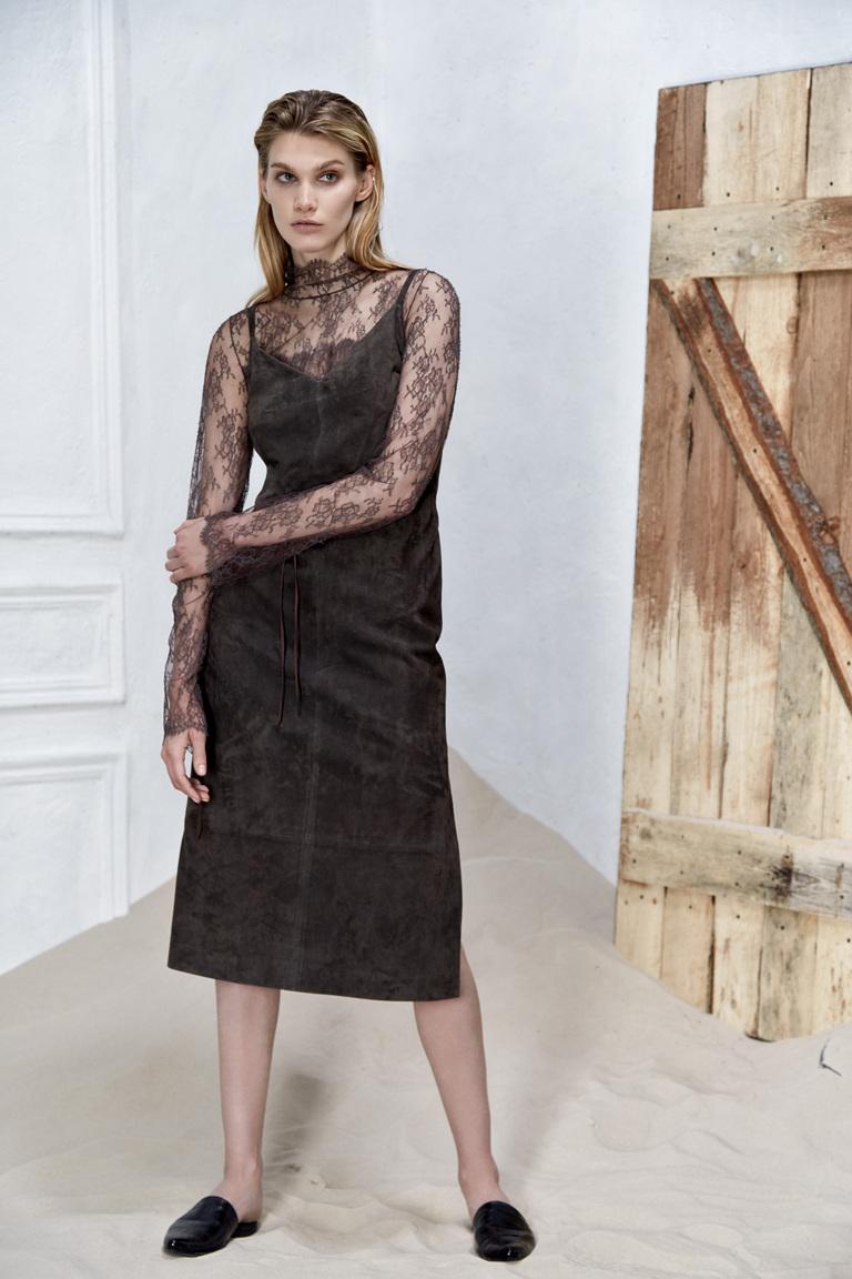 На фото: яркие новинки сезона - длинное платье из коллекции Izeta.