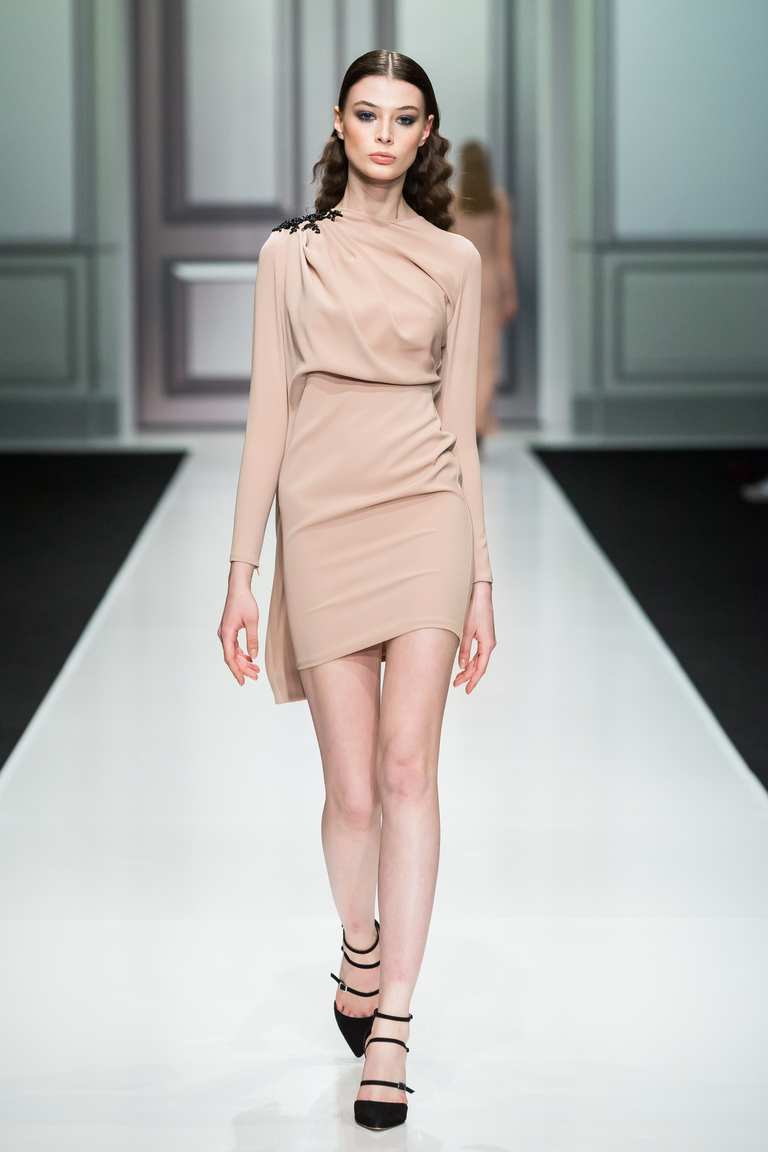 На фото: яркие новинки сезона - короткое кремовое платье Kamilla-Purshie.