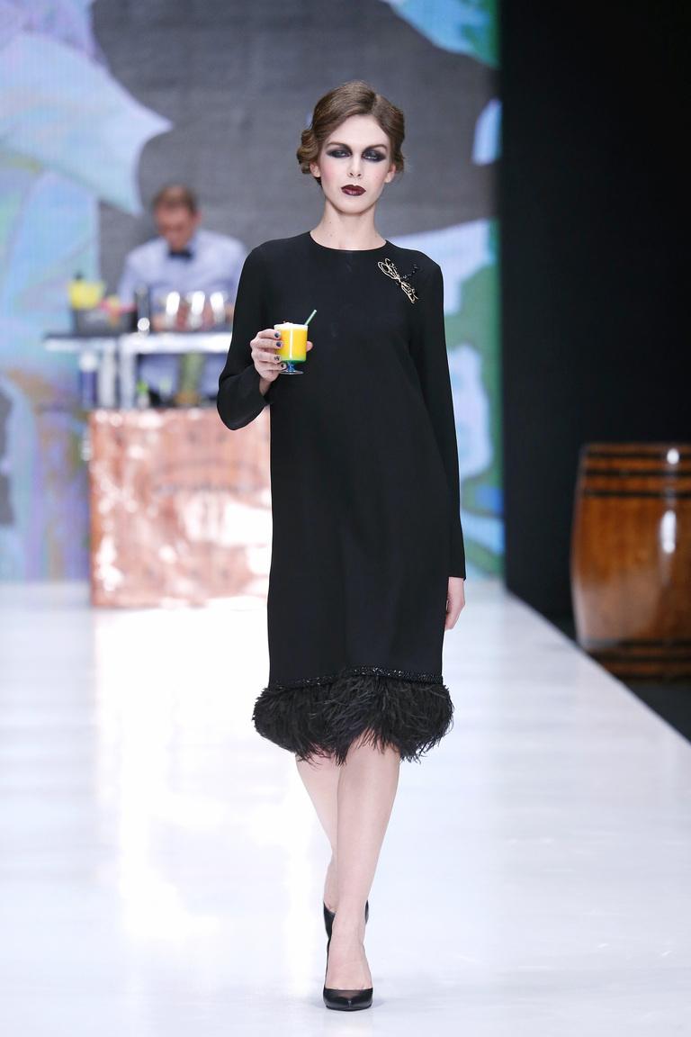 На фото: яркие новинки сезона - черное платье из коллекции Kamilla-Purshie.
