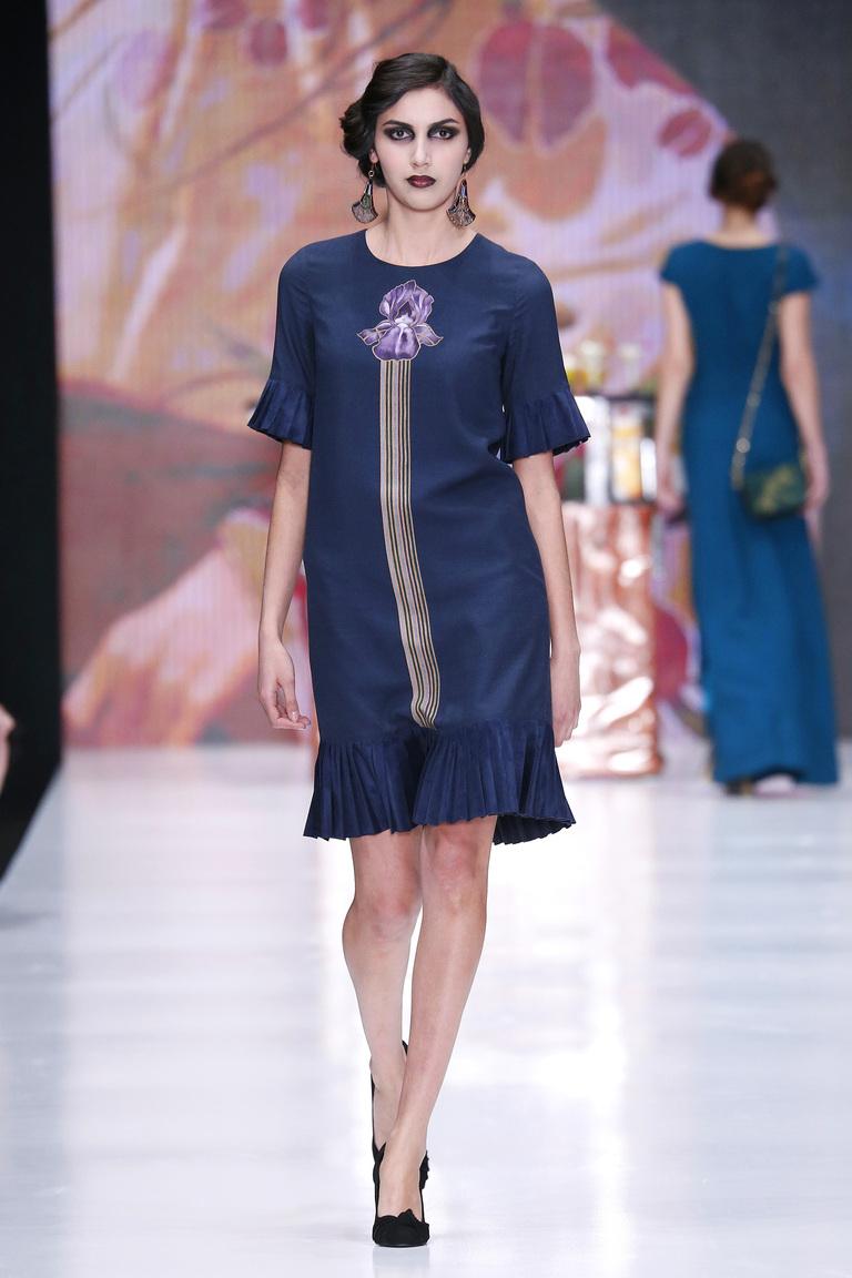 На фото: яркие новинки сезона - синее платье из коллекции Ksenia-Knyazeva.