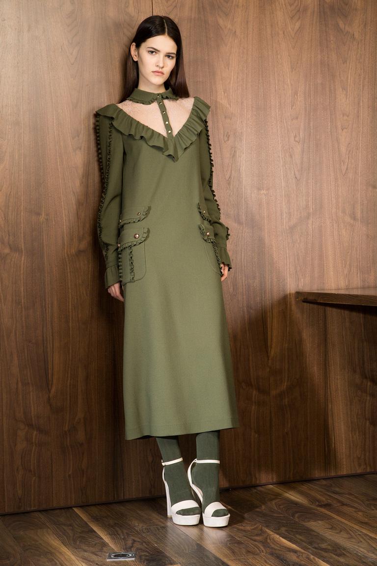 На фото: яркие новинки сезона - длинное платье из коллекции Laroom.
