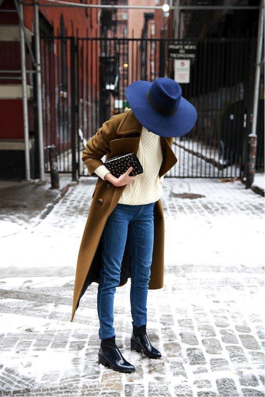 На фото: новыйобразыс модной осенней обувью – черные ботильоны с джинсами.