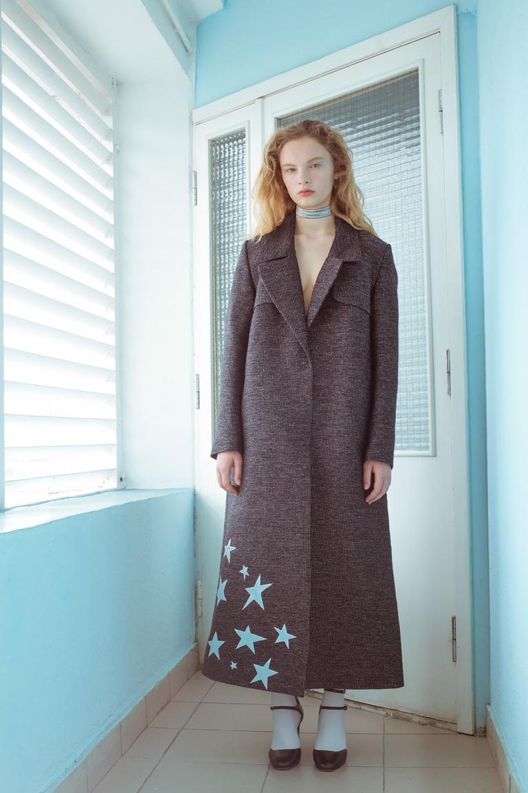На фото: пальто с принтом из коллекции Medea-Maris.
