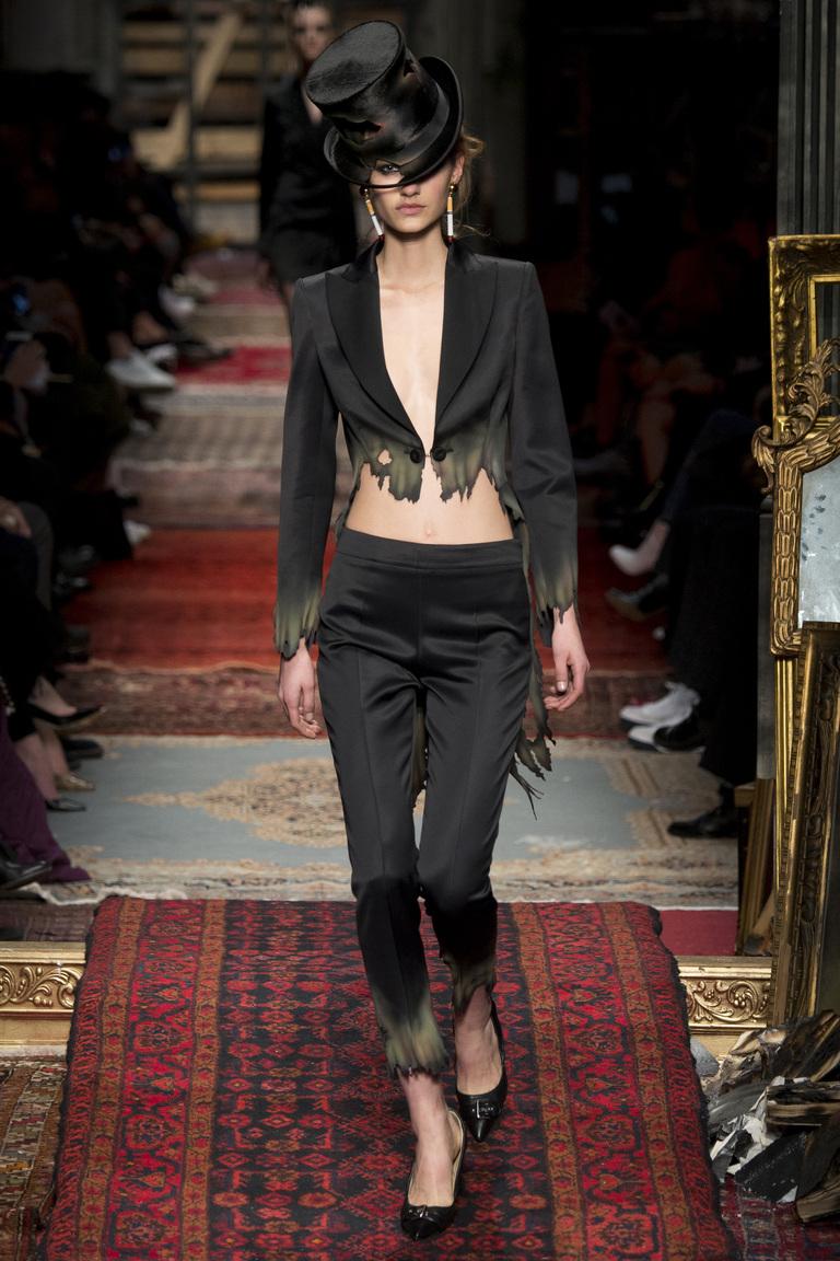 Модные пиджаки, украшенные декоративными деталямизима осень 2016 и зима 2017 фотообзор коллекции Moschino.