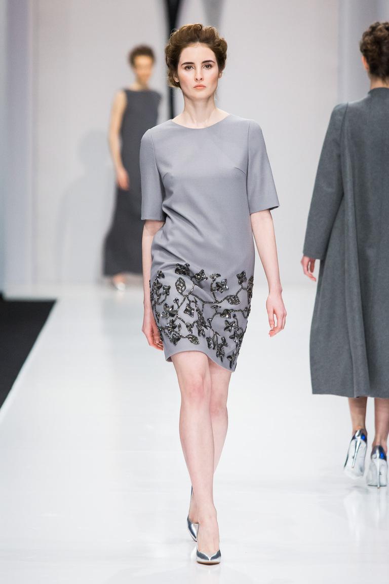 На фото: яркие новинки сезона - короткое серое с принтом платье из коллекции Yasya-Minochkina.