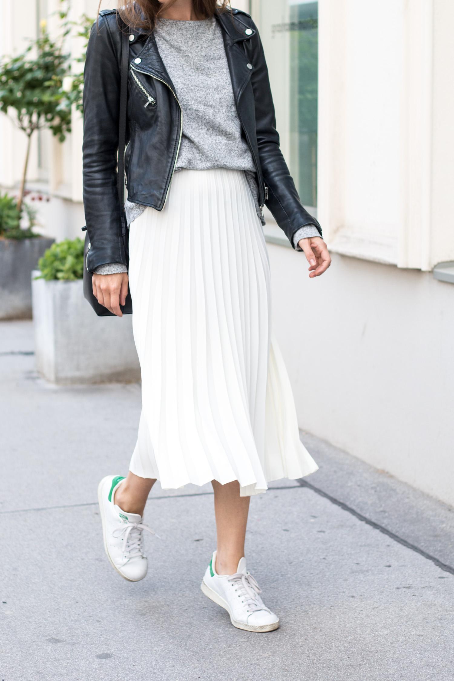На фото: белые кроссовки с белой юбкой.