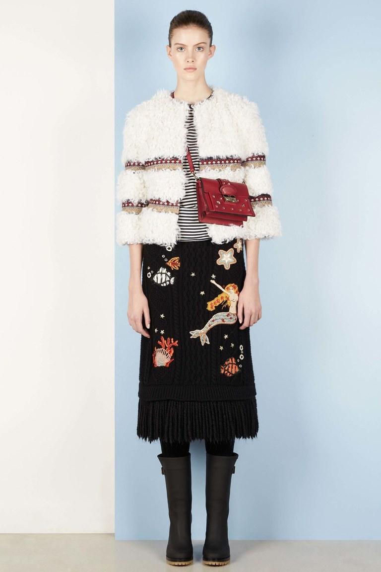 На фото: модная юбка 2017, украшенная аппликациями из коллекции Red-Valentino.