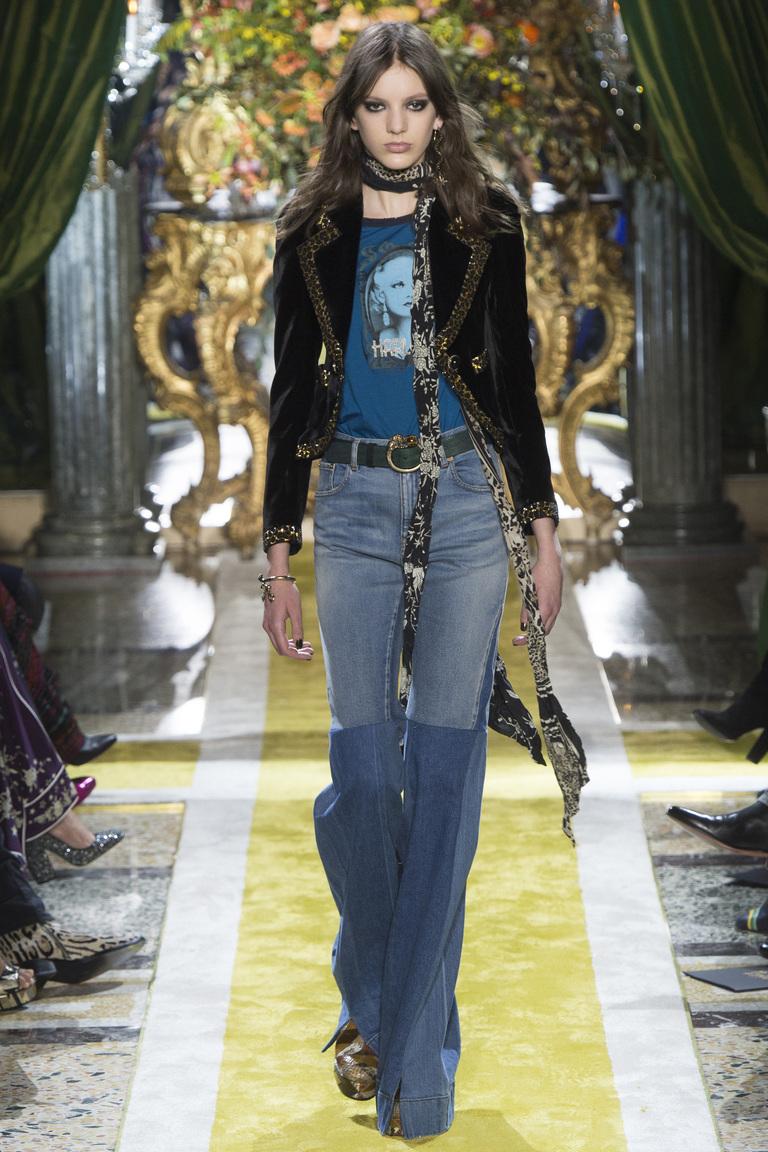 Модные джинсы клеш 2017 двух цветов с коротким пиджаком - фото новинкииз коллекции Roberto Cavalli