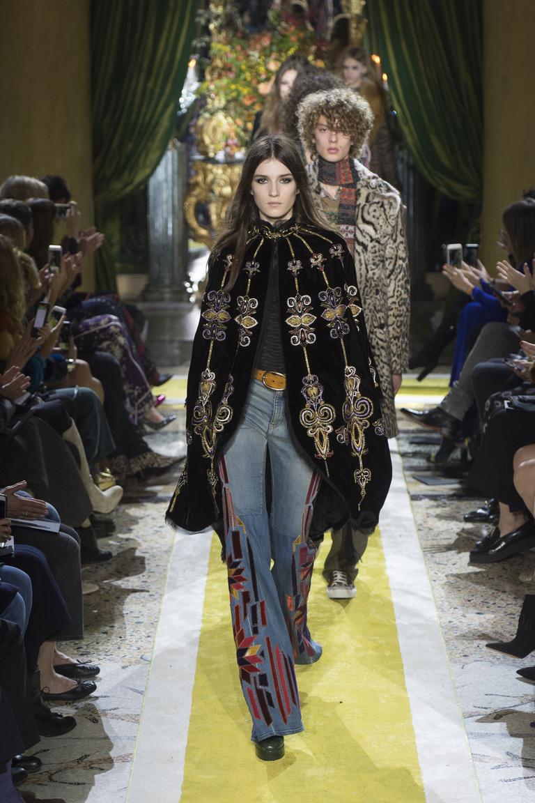 Модные джинсы 2017 клеш с яркой накидкой - фото новинки из коллекции Roberto Cavalli