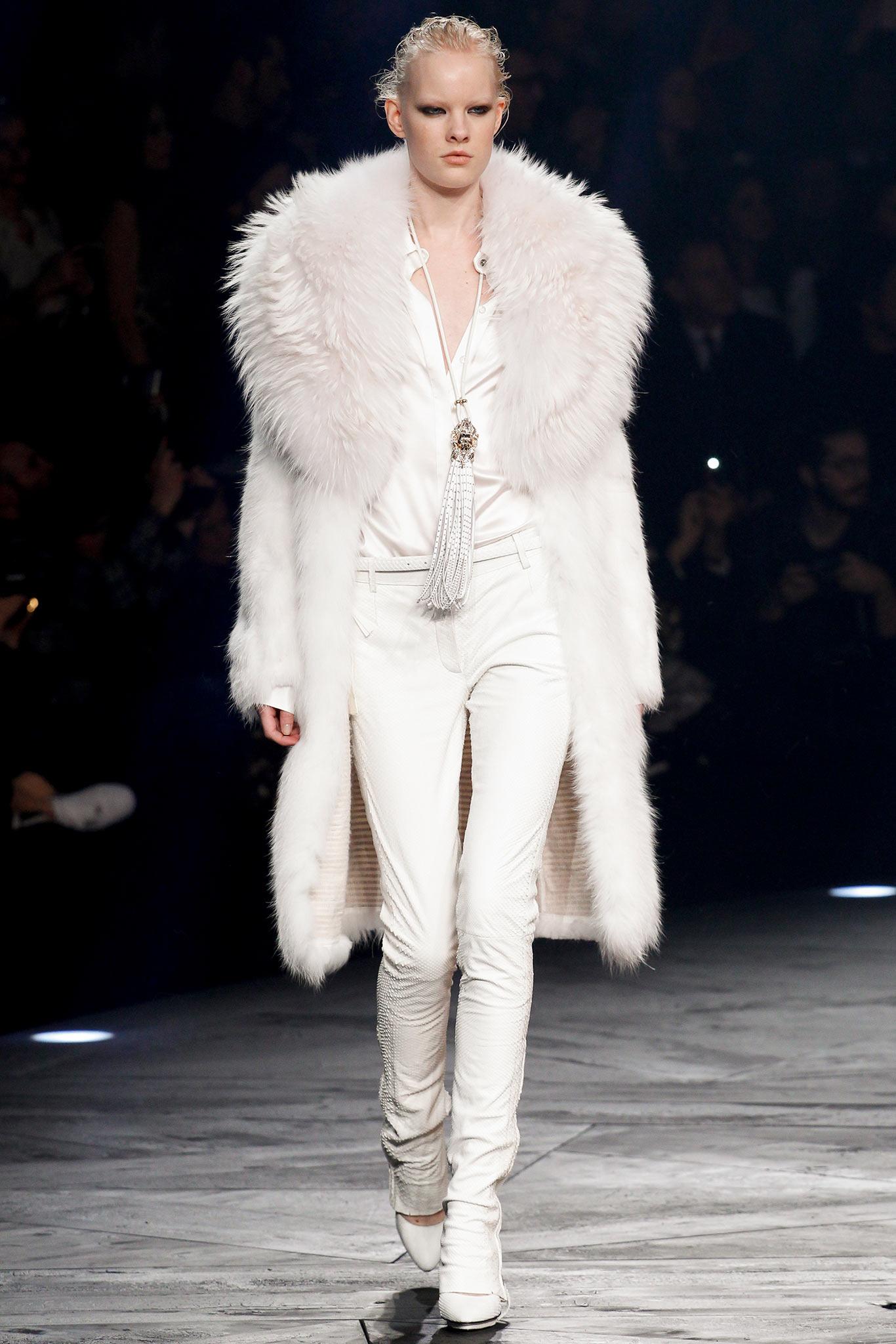 На фото: белая шуба и белые брюки из коллекции Roberto-Cavalli.