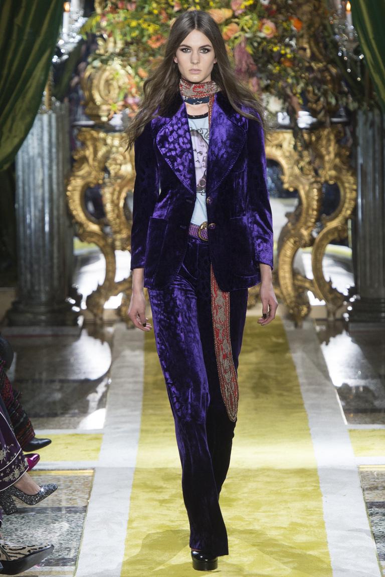 Фиолетовые бархатные брюки 2017 с пиджаком, образ украшен шарфом на шее, фото новинки из коллекции Roberto Cavalli