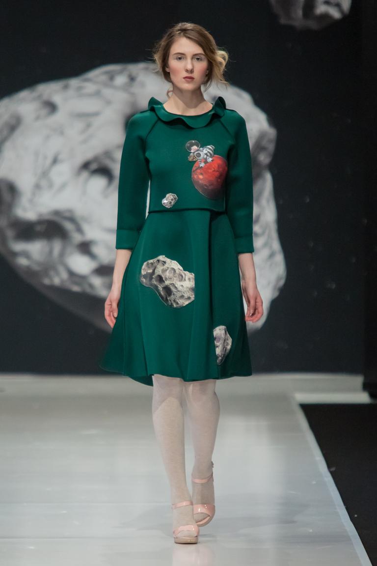 На фото: яркие новинки сезона - зеленое платье с принтом из коллекции