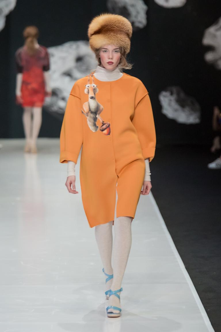 На фото: пальто с принтом из коллекции  Sergey-Sysoev.