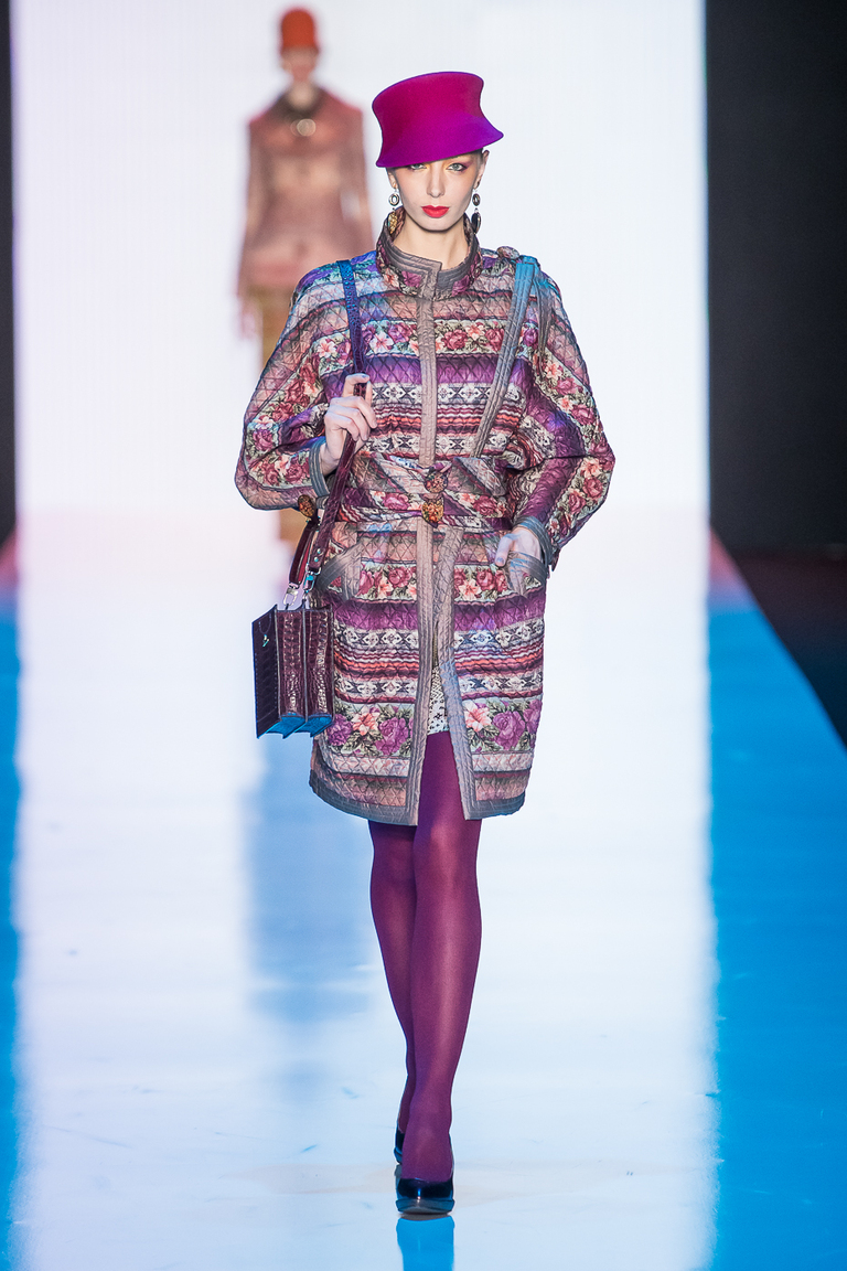 На фото: пальто с принтом из коллекции Slava-Zaitsev.