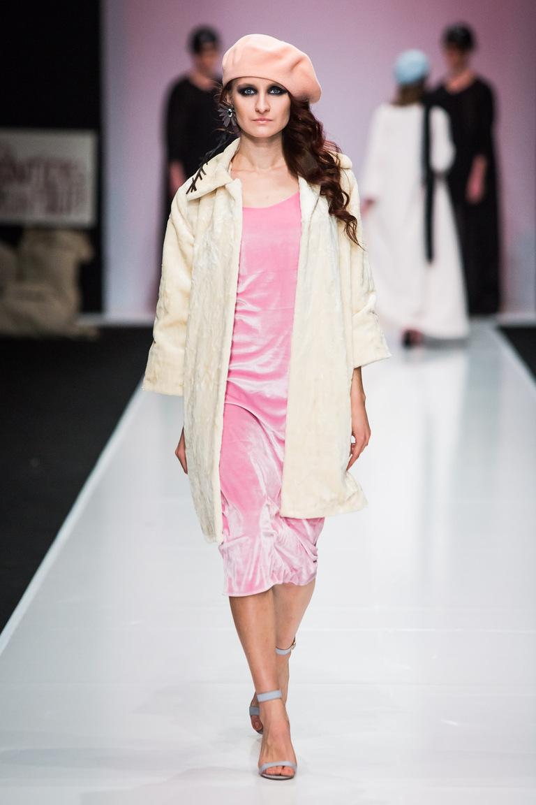 На фото: белое укороченное пальто из коллекции So-Number-One.