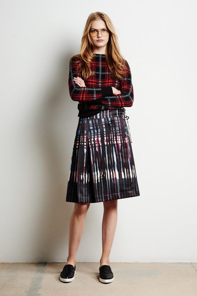 На фото: модная плиссированная юбка 2017 из коллекции Tomas-Maier.