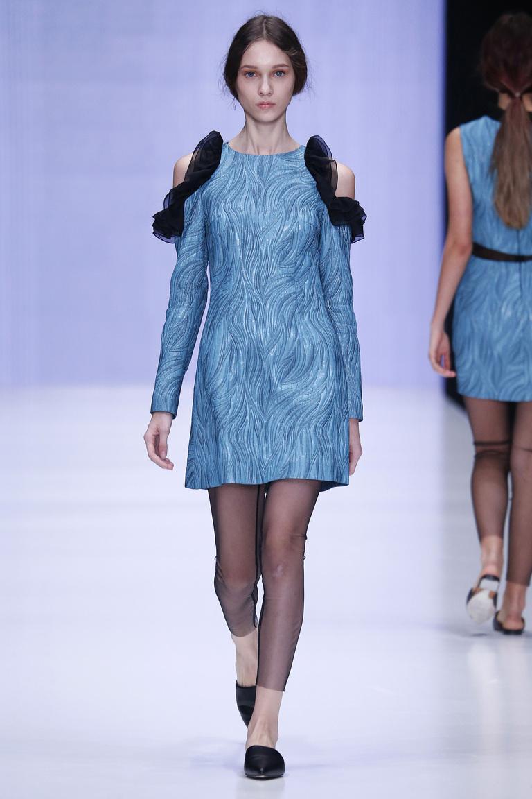 На фото: яркие новинки сезона - короткое голубое платье из коллекции Yasya-Minochkina.